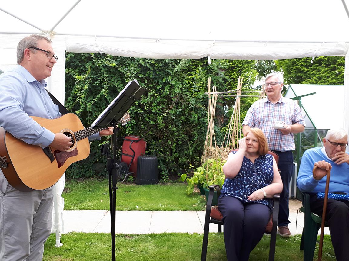 Mike Slemensek singing